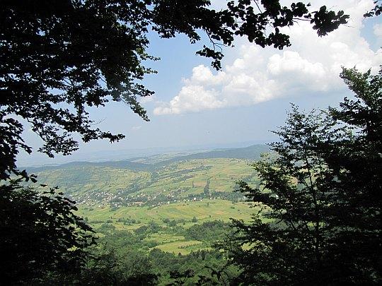 Dolina Jasionki z punktu widokowego przed szczytem Cergowej.