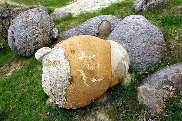 Hasil gambar untuk batu bergerak trovant