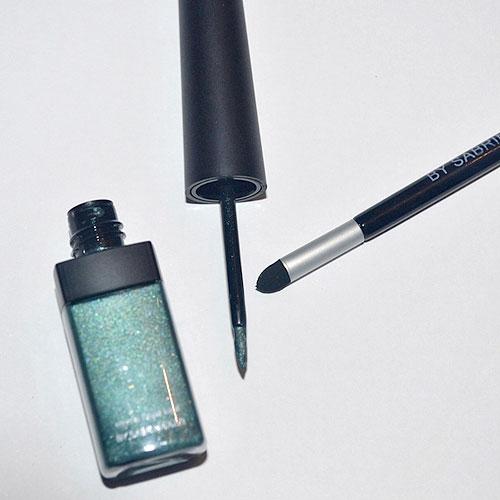 delineador verde y pincel de maquillaje by sabrina azzi