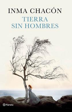 Portada de la novela Tierras sin hombres de Inma Chacón, donde se ve un árbol sin hojas en un acantilado, con el mar de fondo, y una mujer pelirroja, llevando un vestido largo, con la mano en el árbol.