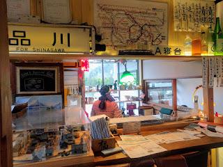 ゲストハウスのカフェのキッチン周りは電車アイテムがずらり