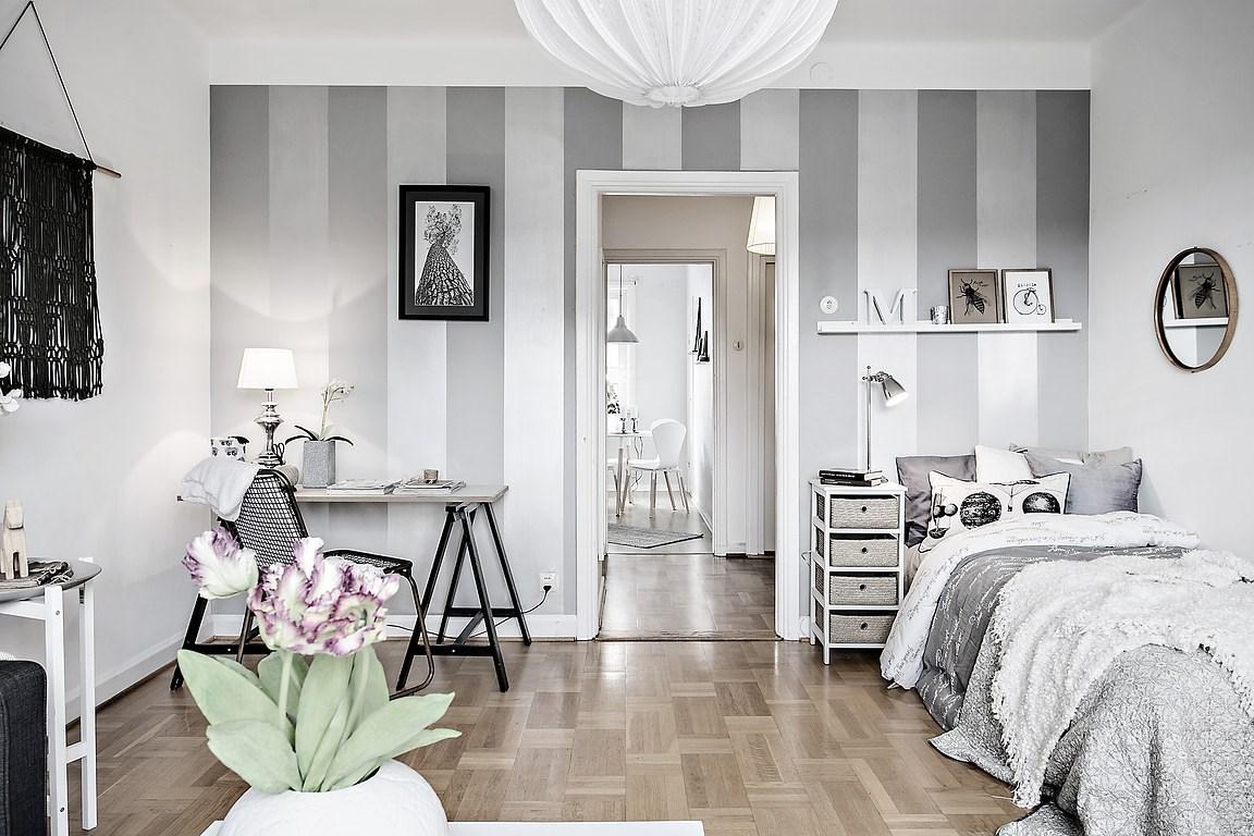 Decor în dungi alb și gri într-o garsonieră de 38 m²