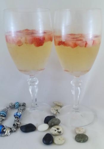 Unas copas de champagne con trocitos de fresas