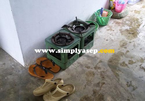 KOMPOR MITA :  Jangan berharap ada Gas seperti kebanyakan rumah tangga.  Untuk memasak menggunakan kompor minyak tanah.  Foto Asep Haryono
