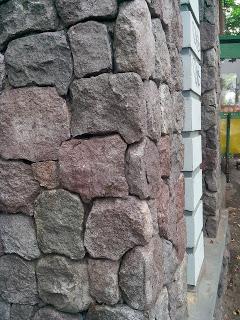 Batu kewal menghias dinding gapura