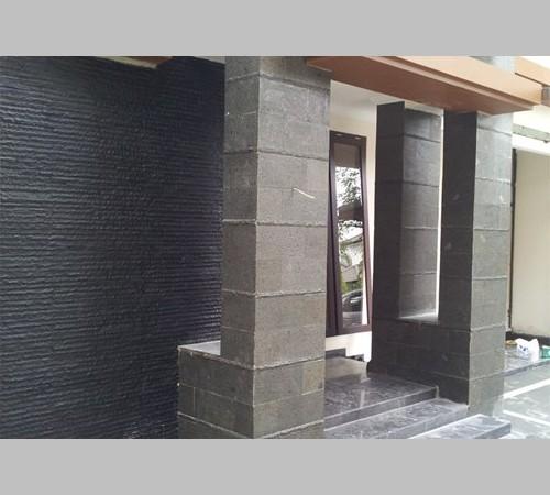 desain teras rumah dengan batu alam dan limasan jawa