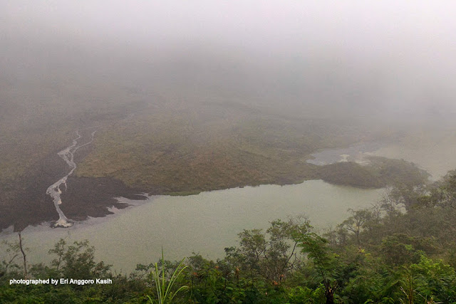 Kabut menyelimuti dasar kawah Gunung Galunggung.