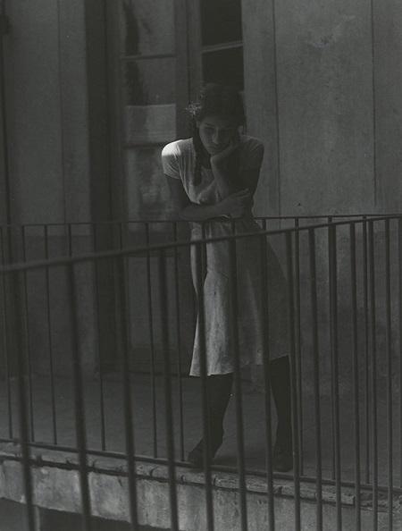Manuel Álvarez Bravo, fotos en blanco y negro chidas, soledad femenina, imagenes de desamor, chica triste aburrida,