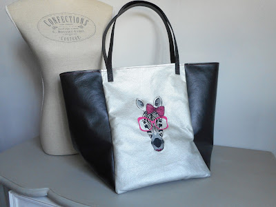 https://www.alittlemarket.com/sacs-a-main/fr_grand_sac_cabas_54x36_cm_le_zebre_all_you_need_is_love2_simili_cuir_coton_fushia_argent_-17774792.html