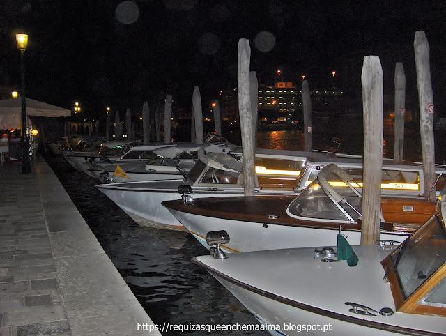 Veneza à noite, estancionamentos repletos de barcos