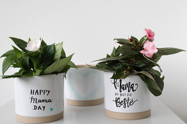 DIY individuelle Blumentoepfe bemalen mit Handlettering und Kindern Muttertag Geschenkidee Sonnen-Lieschen Jules kleines Freudenhau
