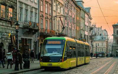 Lwów Lviv, centrum miasta z tramwajem, Ukraina