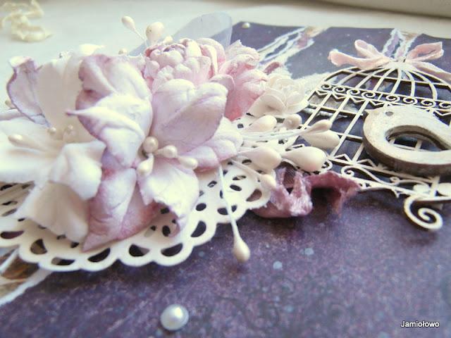 kartka w stylu shabby chic z kwiatami i klatką z tekturki