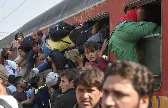 As invasão da Europa por massas islâmicas está semeando a confusão no continente. Foto, em Gevgelija, pequena localidade da Macedônia, imigrantes tomam de assalto um trem.