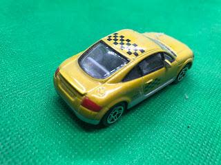 AUDI TT のおんぼろミニカーを斜め後ろから撮影