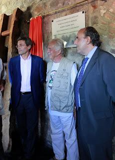 Roberto Wagner durante la inauguración de la placa con el alcalde de Barruelo Arturo Ruiz (izquierda) y el presidente de la Diputación de Palencia José María Hernández (derecha)