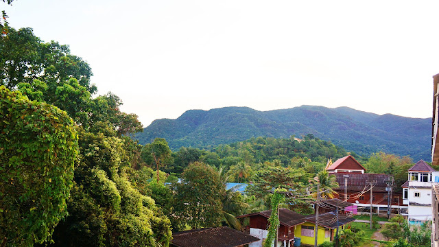 Изображение крыши домов среди джунглей, Ко Чанг