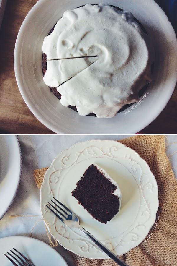 Tarta de cumpleaños de chocolate, aguacate y coco (vegana y sin gluten)