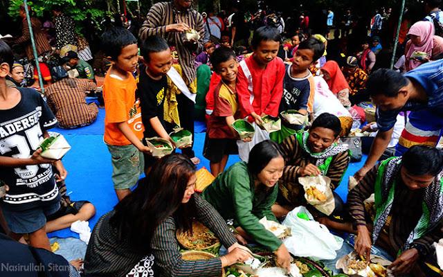 Anak-anak meminta lauk Ayam Ingkung yang disajikan