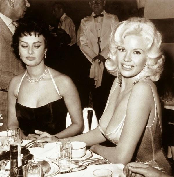 Sophia Loren e Jayne Mansfield durante uma festa do estúdio 20 Century Fox