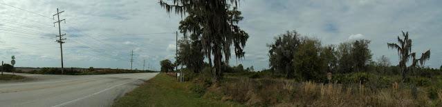 Duette Road y la SR 62 a la entrada del pueblo, flanqueada por campos de cultivo y la reserva natural