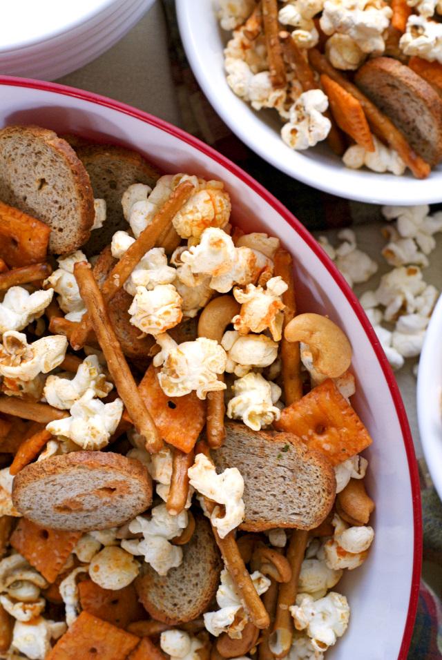 Easy Buffalo Ranch Popcorn Mix | thetwobiteclub.com | #ad #BringTheBOOM