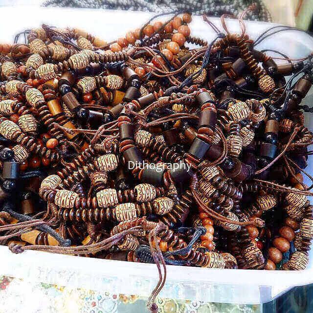 gelang kayu kalimantan yang dijual di pasar kebun sayur