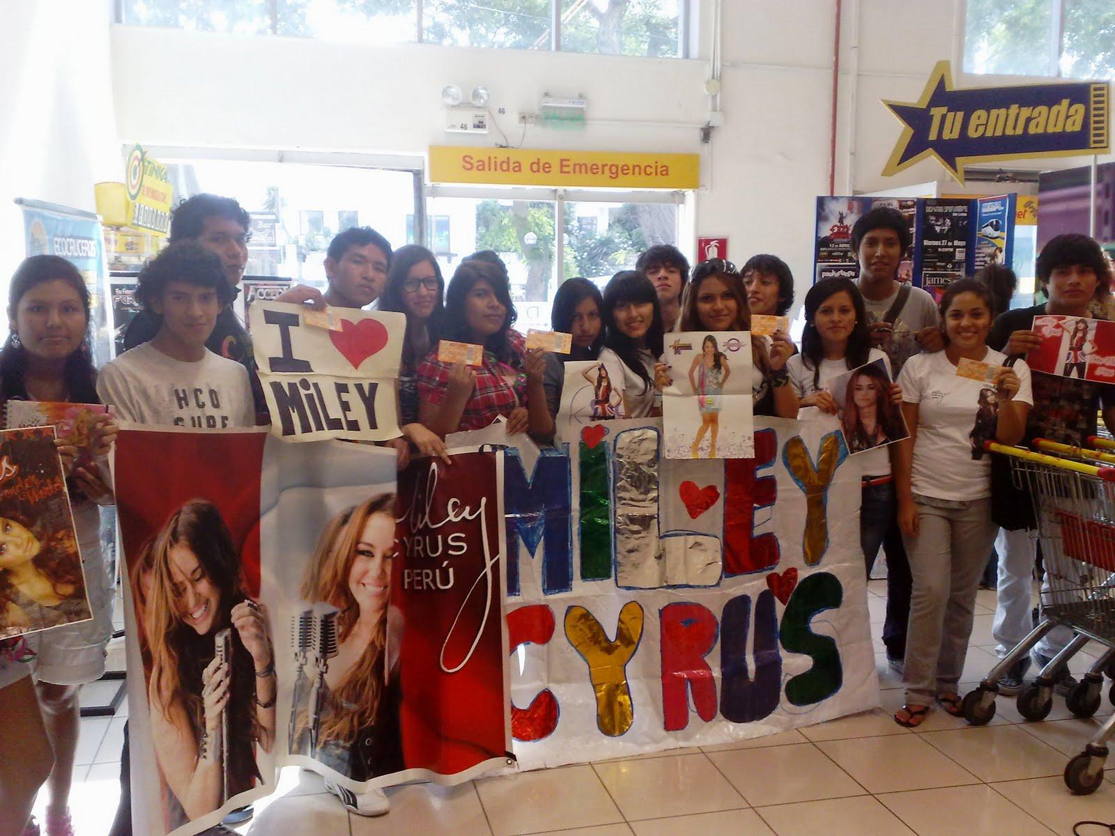 Dfhd Fans De Miley Cirus Llenan Los Modulos De Tu Entrada