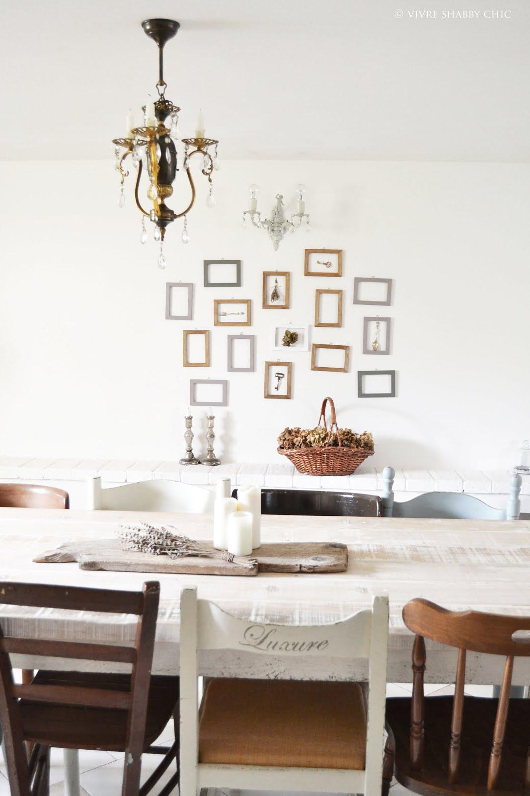 Pareti Con Cornici Diverse vivre shabby chic: decorare una parete con le cornici.