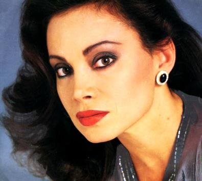 Foto al rostro de la cantante Paloma San Basilio maquillada