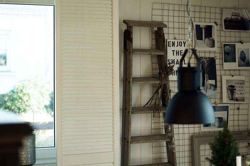 Blog + Fotografie by it's me! - Rooming, Esszimmer - Estrichmatte mit Bildern und einer alten Leiter dekoriert