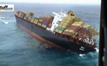 Δείτε την ΣΟΚΑΡΙΣΤΙΚΗ στιγμή όπου ένα εμπορικό πλοίο αναποδογυρίζει μέσα στη θάλασσα [video]