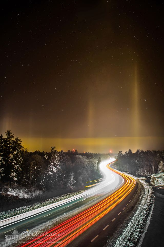 Hiện tượng quang học Light pillar - Cột sáng ở Severn Bridge, thị trấn Gravenhurst, quận Muskoka, tỉnh Ontario, nước Canada đêm 23/12/2013. Tác giả hình : Wesley Liikane.
