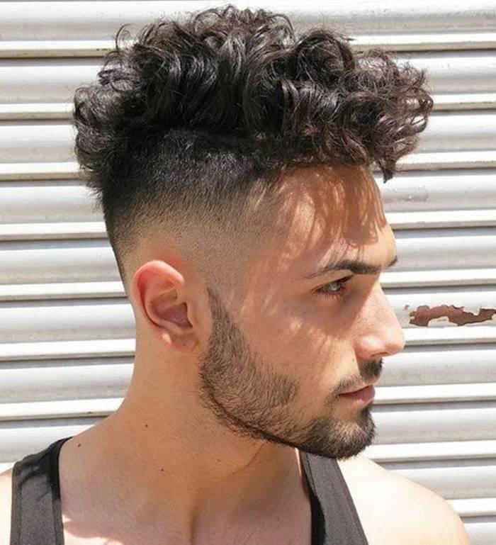 Cortes de cabelo masculino 2020: raspado do lado e cacheado em cima com franja