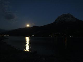 Wunderschönes Nacht in Gap an einem Bergsee