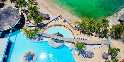 Vue aérienne de l'hôtel Manganao en Guadeloupe. Vue sur la piscine et la plage.