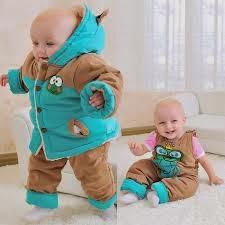 bayi yang lucu memakai baju musim dingin
