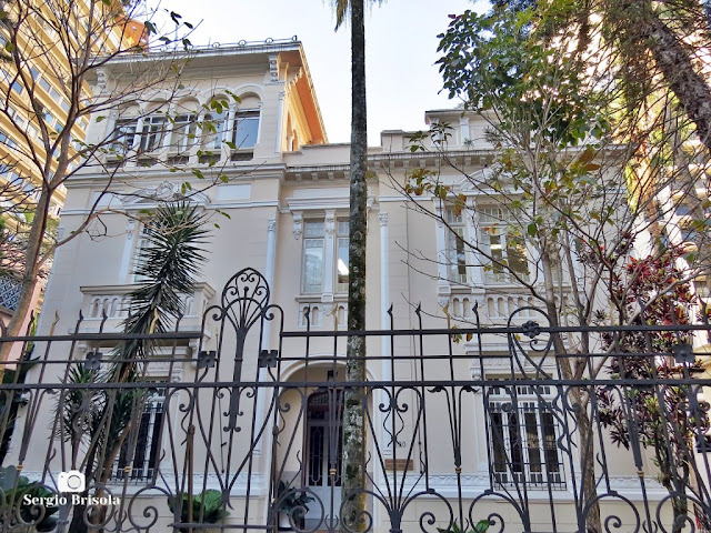 Vista ampla da fachada da Cúria Metropolitana - Mitra Arquidiocesana de São Paulo - Higienópolis - São Paulo