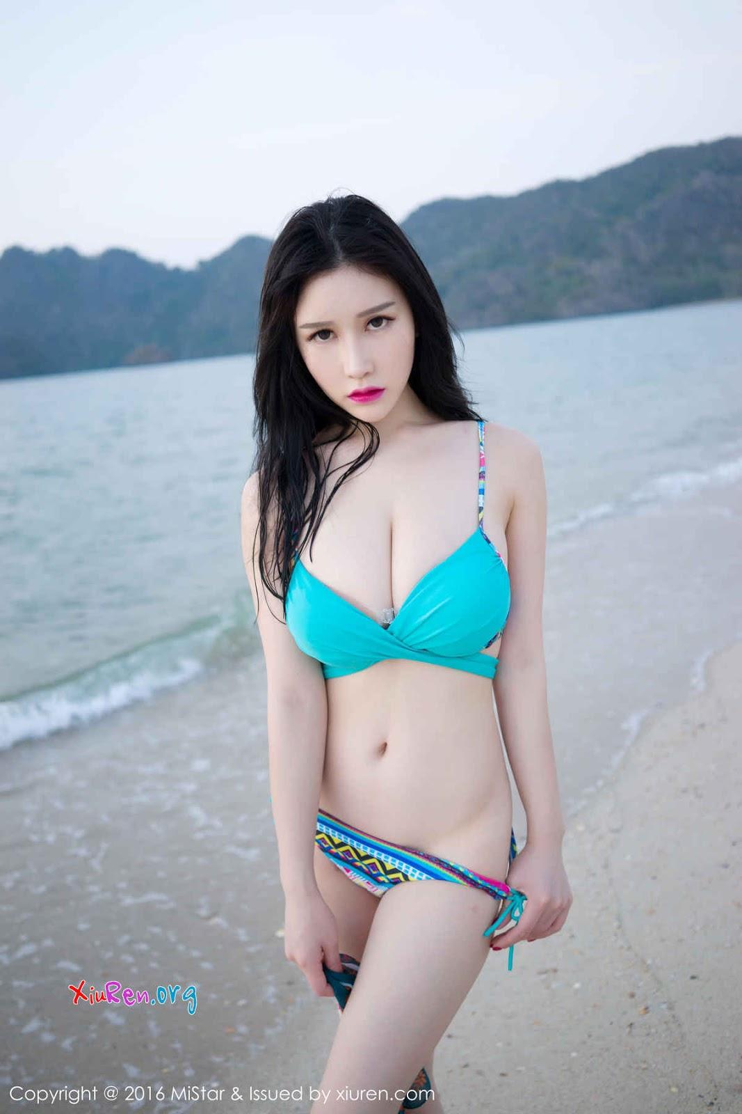 Một mình mặc đồ lót giữa bãi biển làm gì thế em gái xinh