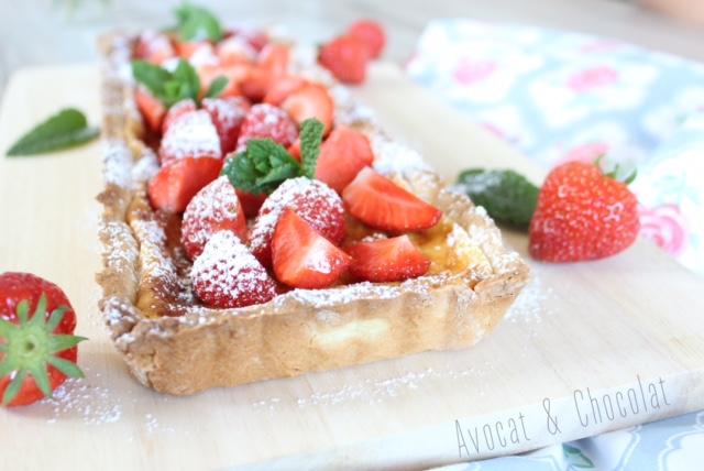 """alt=""""tarte rectangulaire au mascarpone couverte de fraise et un brin de menthe"""""""