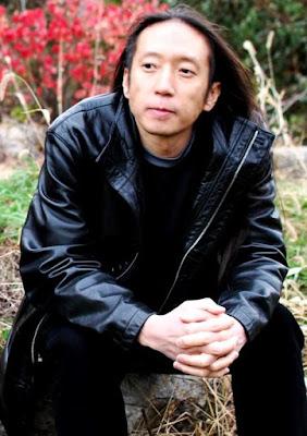 Foto de John Myung al aire libre