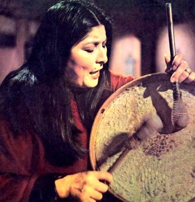 Foto de Mercedes Sosa tocando un instrumento