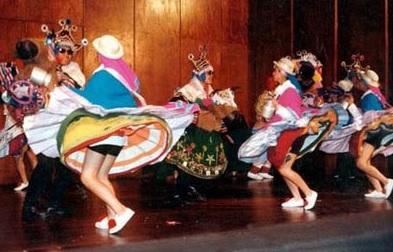 Foto de jóvenes bailando la danza Waca Waca - Vestimenta
