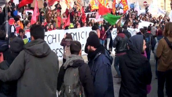 Profesores protestan en Italia por malas condiciones laborales