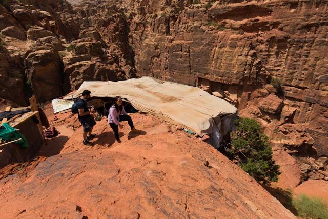 Exterior del café del mirador superior del Tesoro de Petra, Jordania