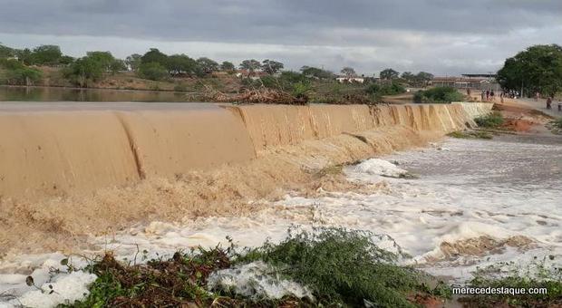 Chuva forte no Agreste de Pernambuco faz açude sangrar depois de muitos anos