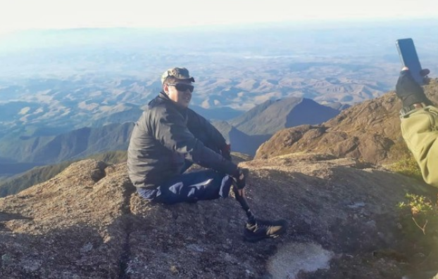 Deficiente físico escala o Pico dos Marins com cadeira improvisada e ajuda de amigos