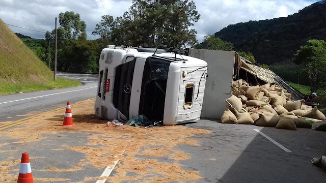 Carreta que transportava café tomba na RJ-116 em Duas Barras