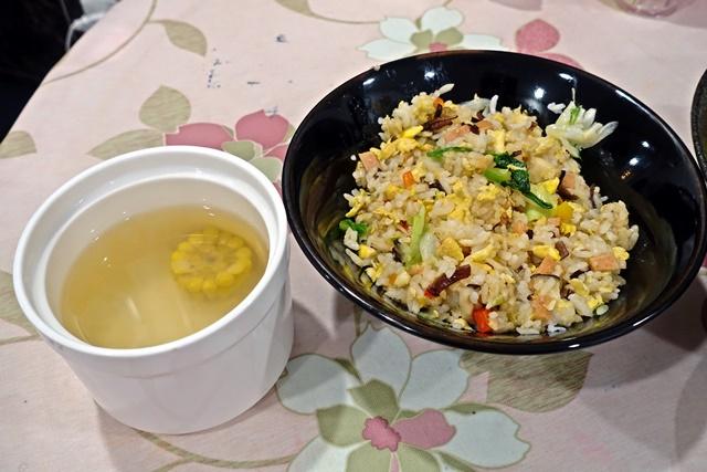 炒飯、玉米湯