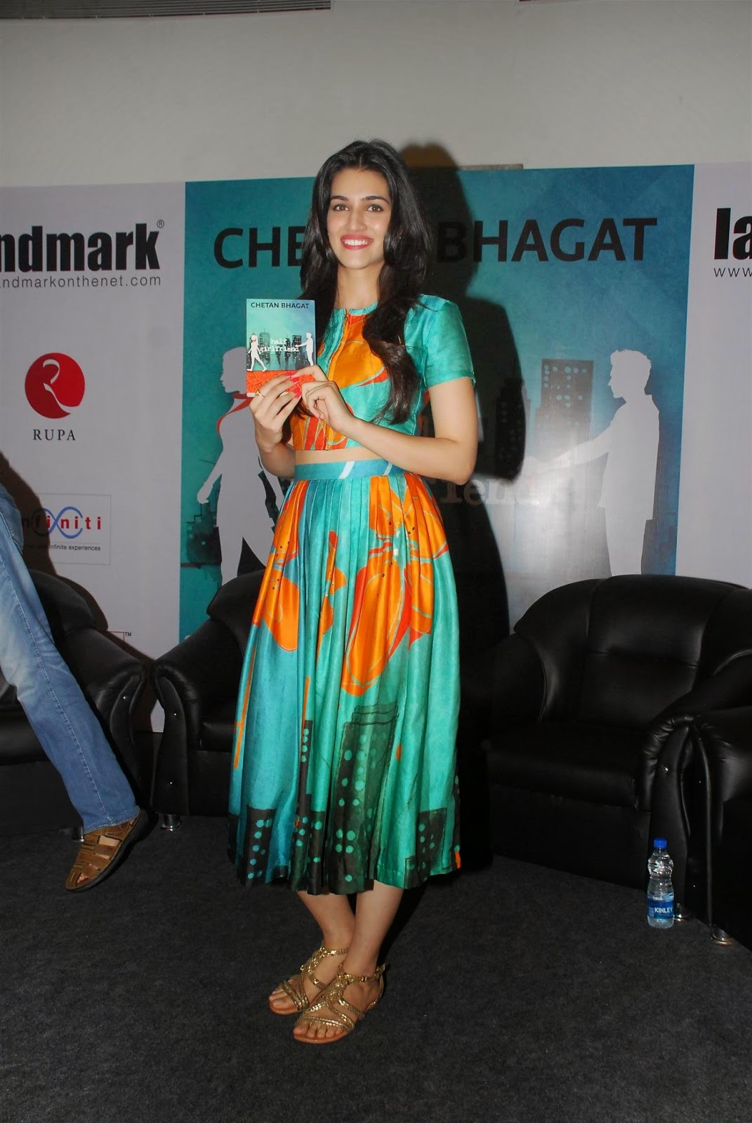 Kriti Sanon Launches Chetan Bhagat's Half Girlfriend Book